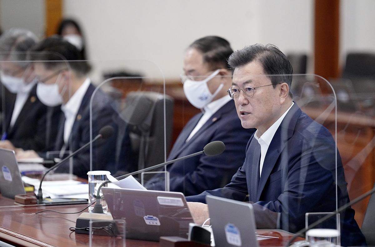 문 대통령은 15일 오후 청와대로 기업인들을 초청해 확대경제장관회의를 주재했다. (청와대 제공)