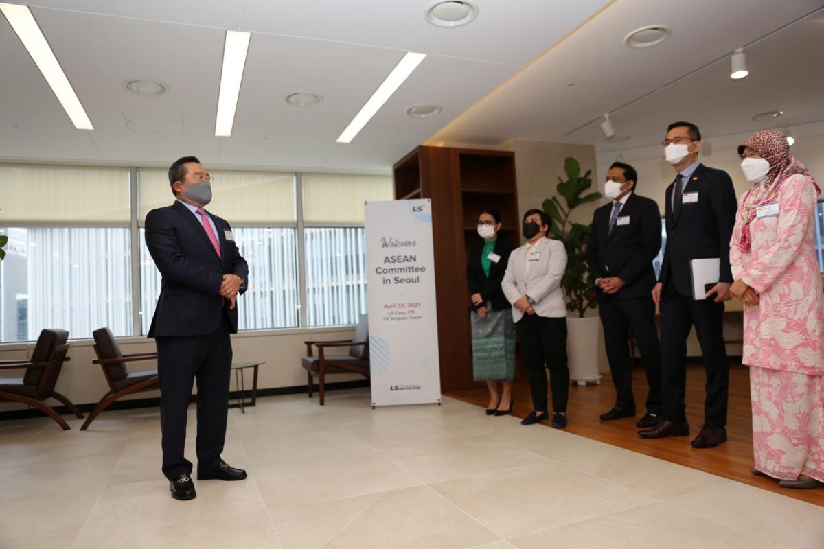 구자열 LS그룹 회장이 22일, 주한 아세안 대사들을 LS용산타워로 초청해 환영사를 하고 있다
