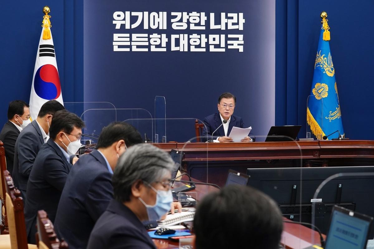 문 대통령은 3일 청와대에서 제2차 코로나19 대응 특별방역점검회의를 주재했다. (청와대 제공)