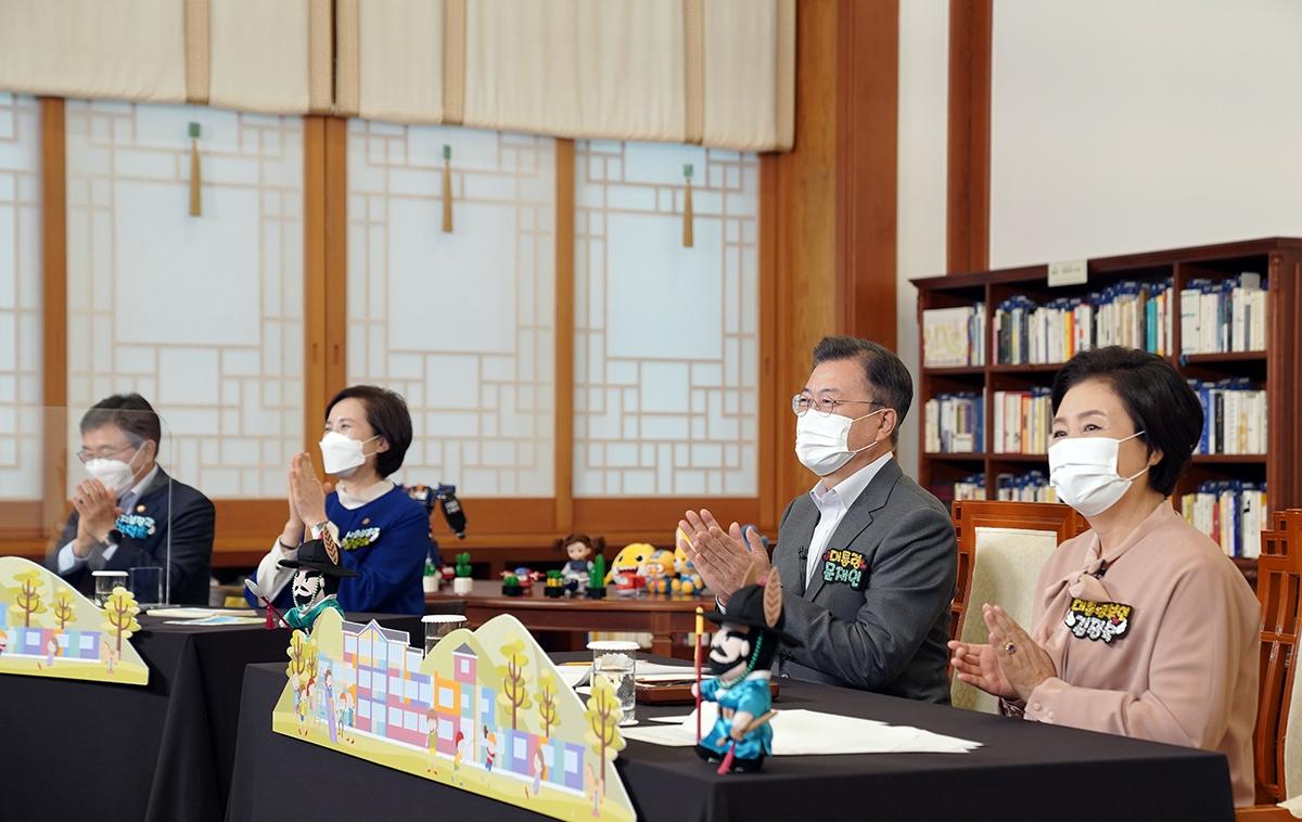 문 대통령과 김정숙 여사가 제99회 어린이날을 맞아 4일 청와대 집무실에서 초등학생들과 랜선으로 만났다. (청와대 제공)