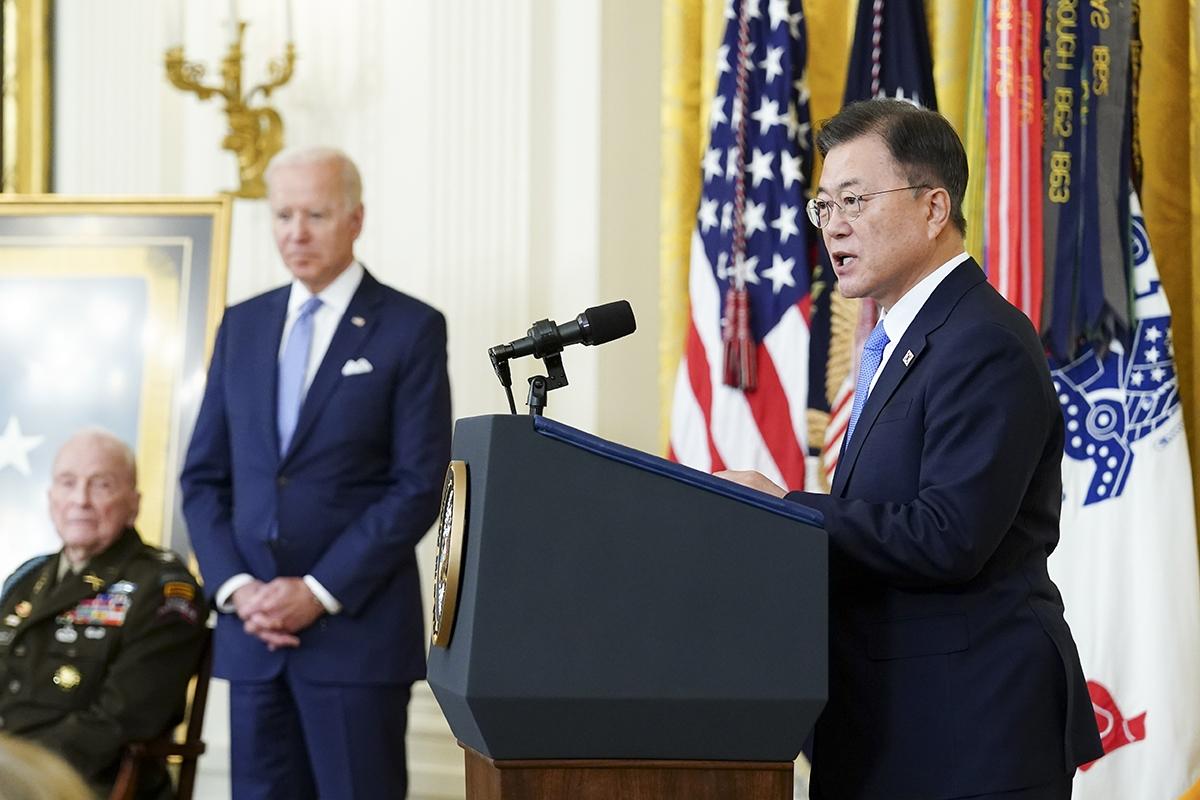 문 대통령이 현지시간 21일 미국 백악관 이스트룸에서 열린 한국전 참전용사 랄프 퍼켓 예비역 대령의 명예훈장 수여식에 함께 했다. (청와대 제공)
