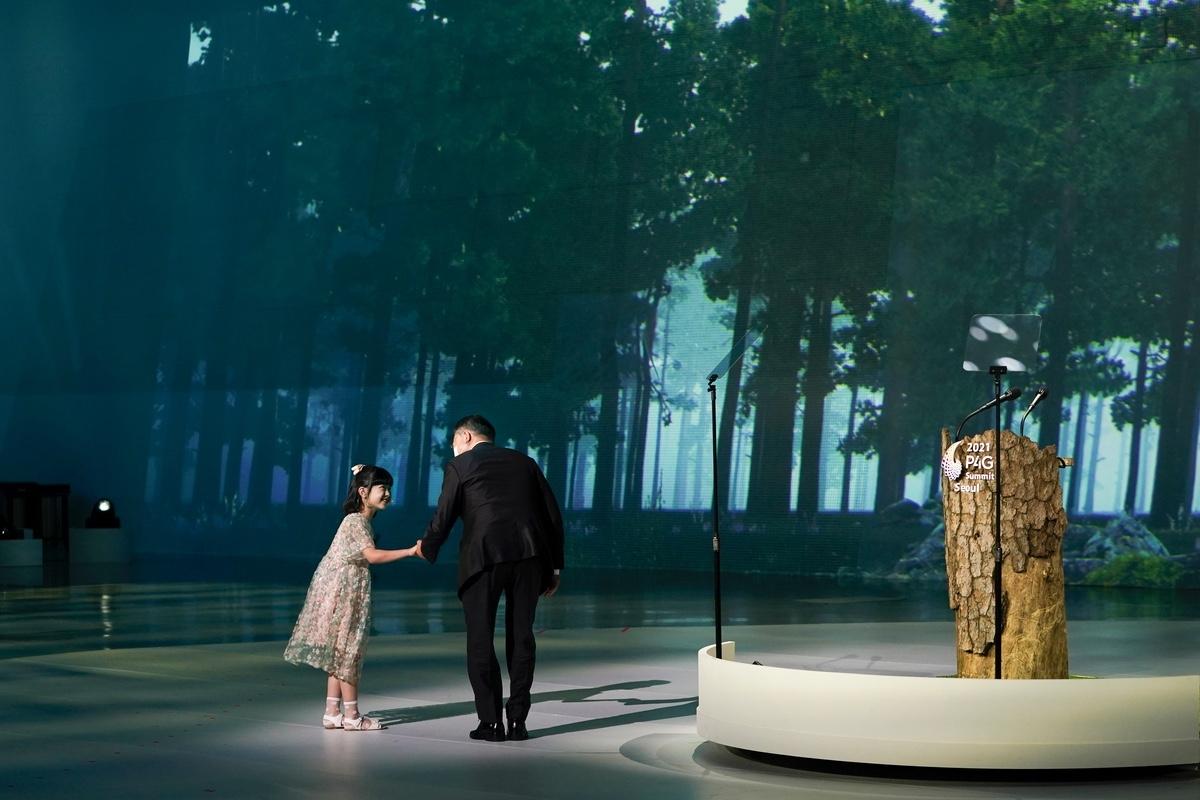 문 대통령이 30일 서울 동대문디자인플라자에서 열린 `2021 P4G 서울 정상회의` 개회식에서 어린이의 손을 잡고 연단으로 이동하고 있다. (청와대 제공)