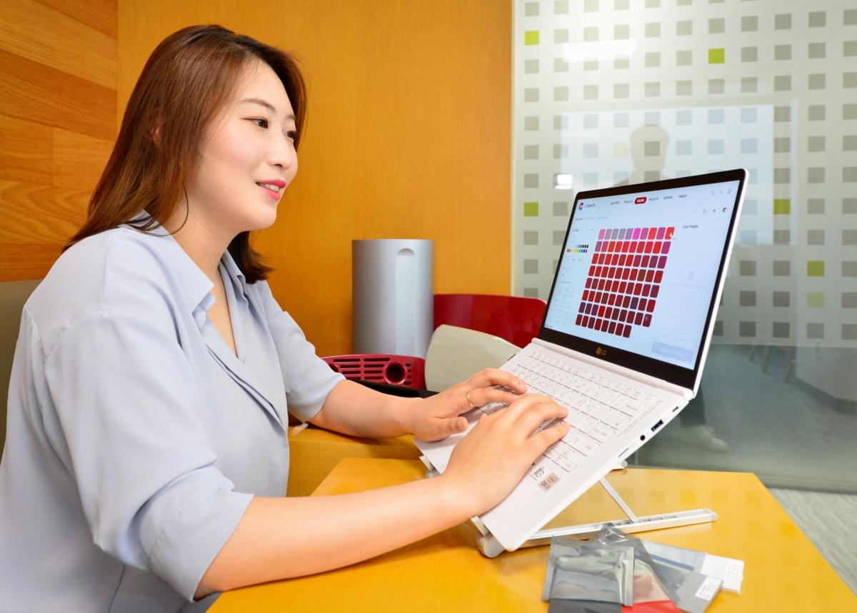 LG화학 영업사원이 LG Chem On에서 고객이 요청한 견본 색상을 살펴보고 있다