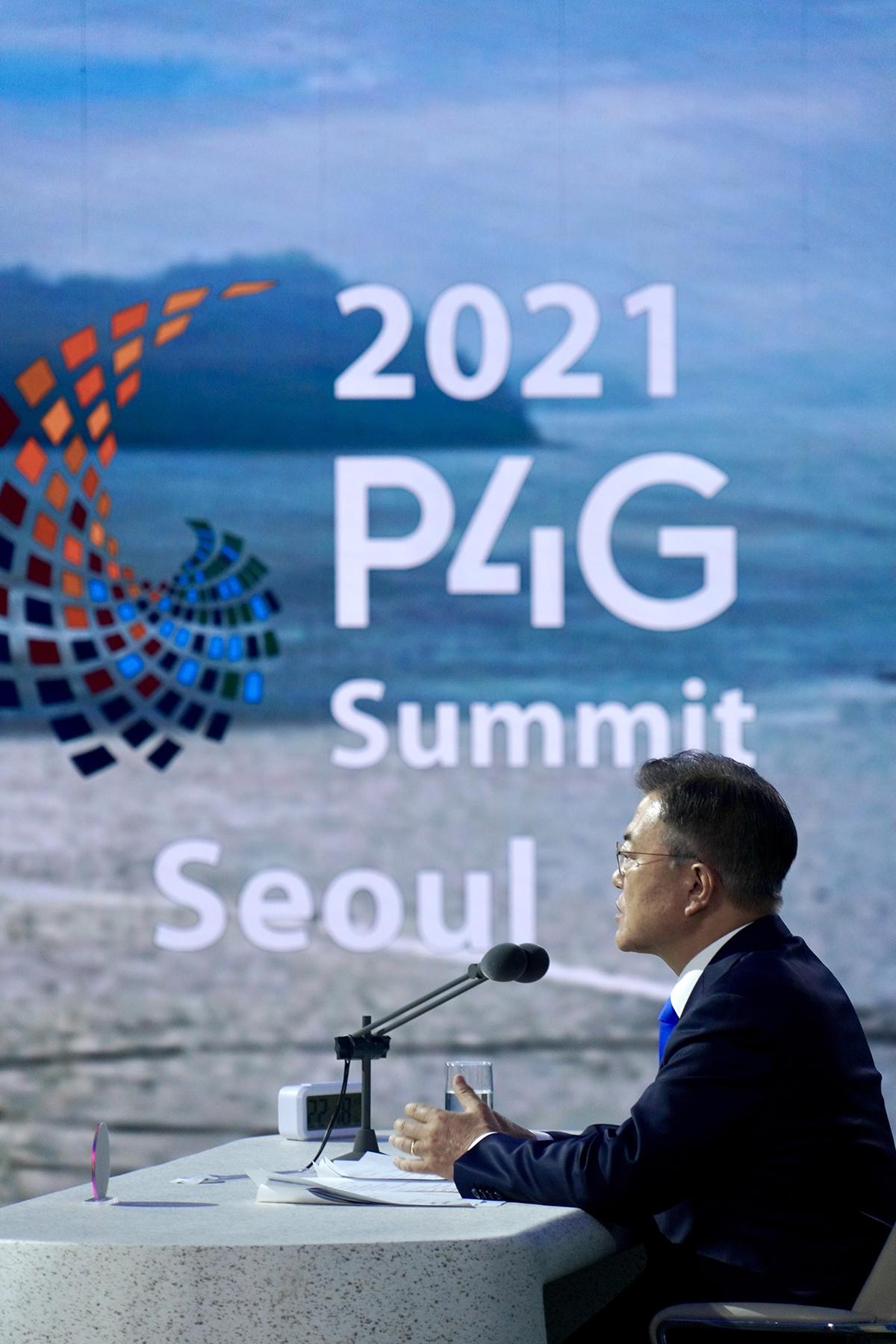 문 대통령이 31일 밤 `P4G 서울 녹색미래 정상회의` 정상토론 세션을 진행하고 있다. (청와대 제공)