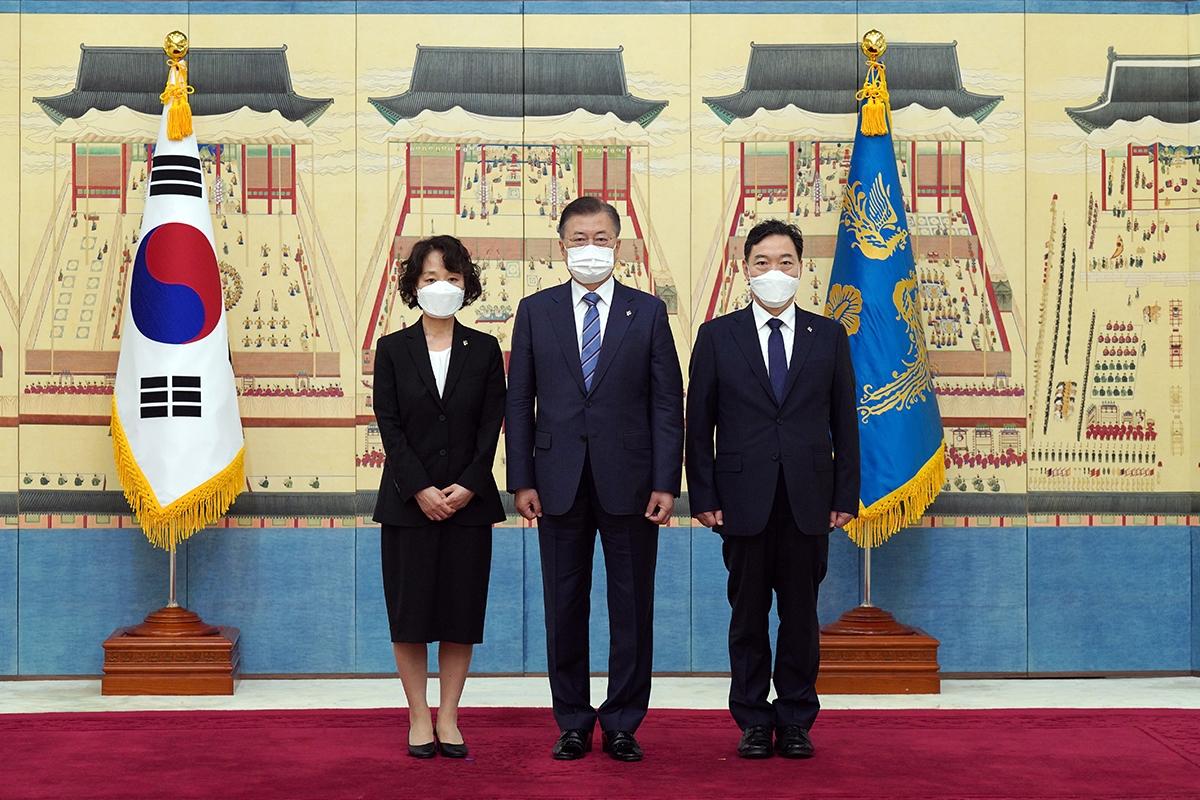 문 대통령이 1일 오후 청와대에서 김오수 신임 검찰총장에 임명장을 수여했다. (청와대 제공)