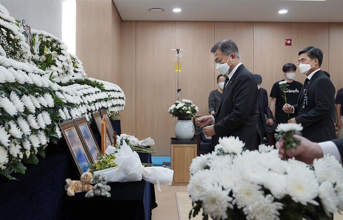 문재인 대통령이 성추행 피해를 당한 뒤 극단적인 선택을 한 공군 이 모 중사의 추모소를 직접 찾아 조문했다. (6일 청와대 제공)