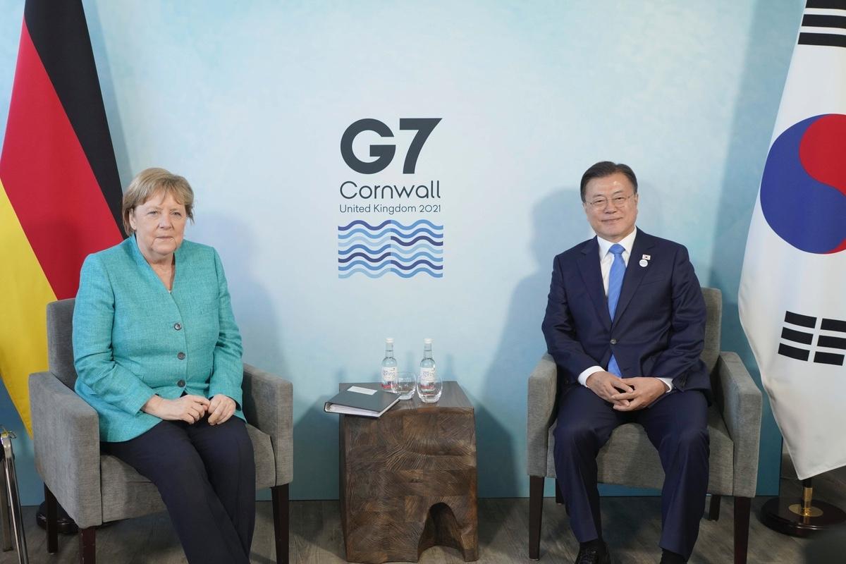 문 대통령은 현지시간으로 12일 오후 영국 콘월에서 메르켈 독일 총리와 정상회담을 했다. (청와대 제공)
