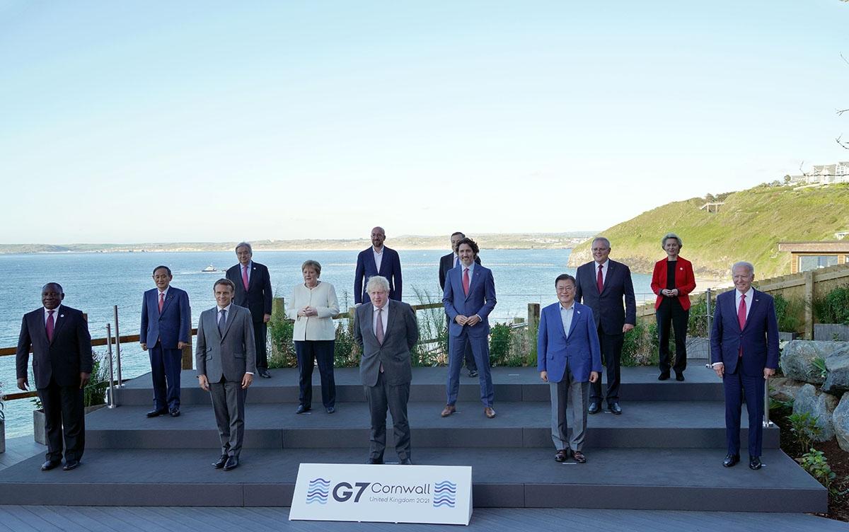 영국 콘월에서 열린 G7 정상회의에서 참여국 정상들이 기념 촬영을 하고 있다. (청와대 제공)