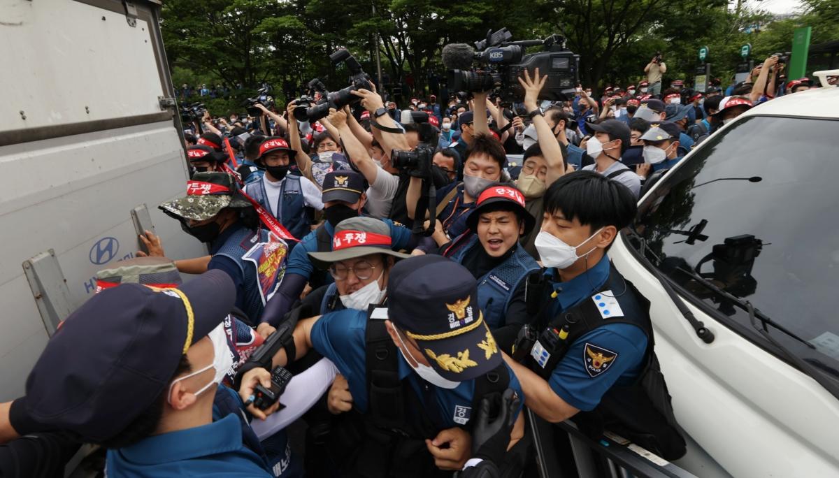 경찰과 몸싸움 벌이는 택배노조