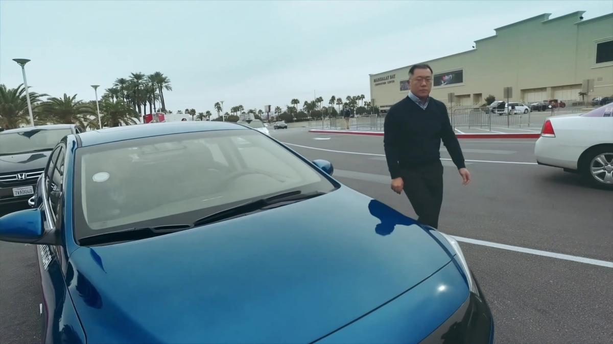 정의선 현대차그룹 회장. 미국에서 아이오닉 자율주행차 시승 모습.