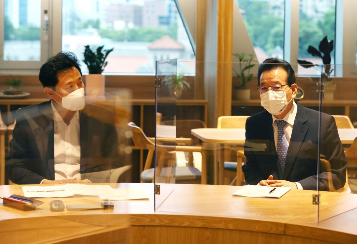 오세훈 서울시장(왼쪽)과 정순균 강남구청장이 17일 서울시청에서 면담을 하고 있다.