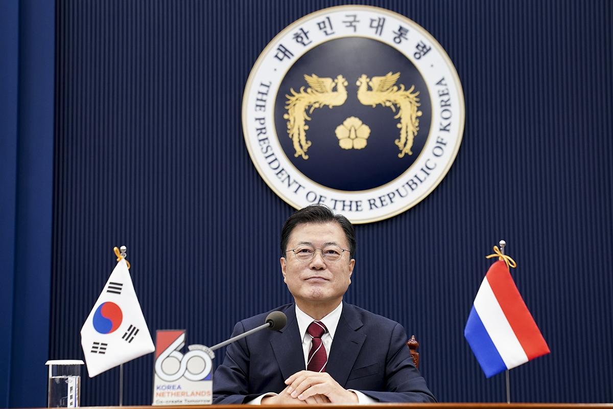 문 대통령이 7일 청와대에서 한-네덜란드 화상 정상회담에 참석했다. (청와대 제공)
