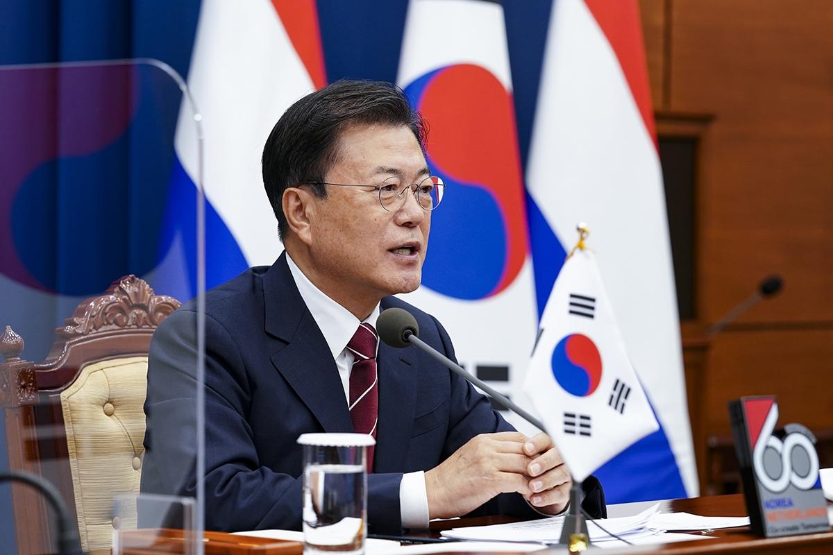 문 대통령이 7일 청와대에서 한-네덜란드 화상 정상회담을 개최했다. (청와대 제공)