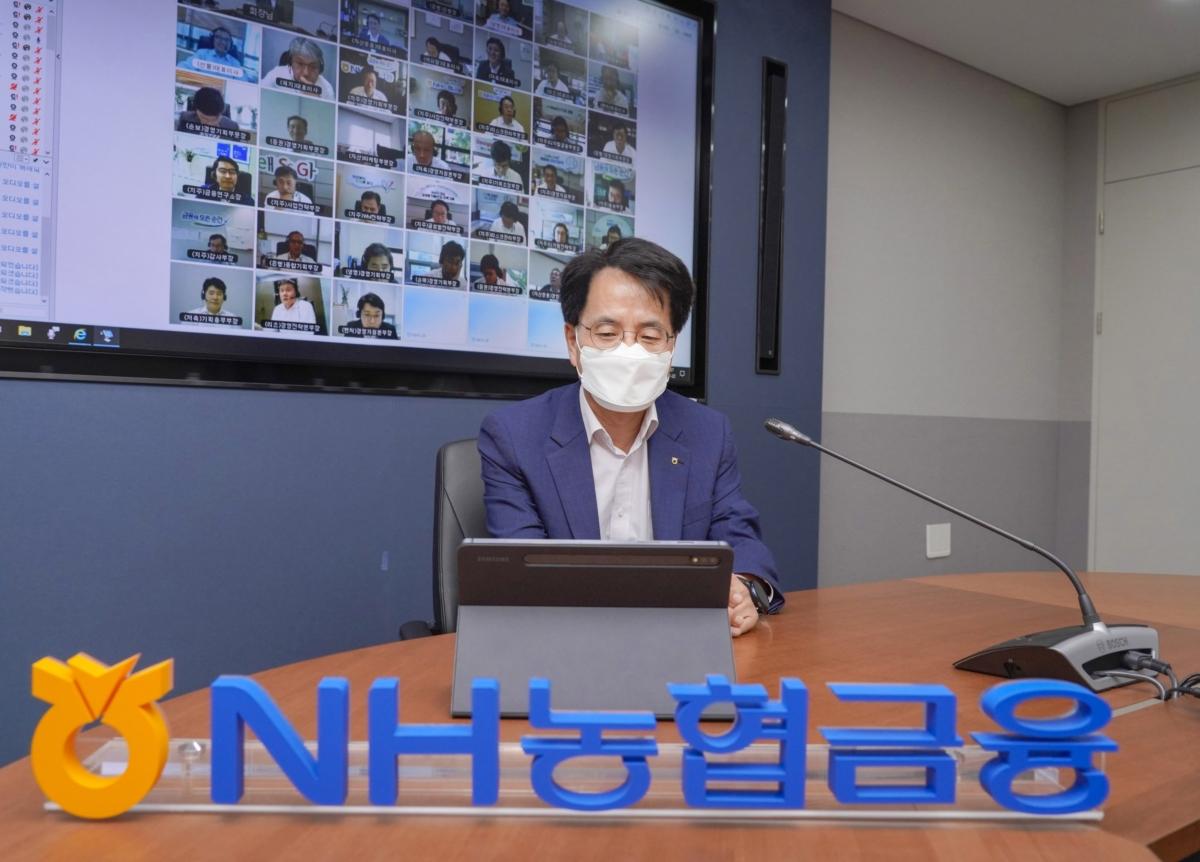손병환 농협금융지주 회장이 22일 서울 중구 소재 NH농협금융지주 본사 회의실에서 개최된 하반기 경영전략회의에서 화상회의를 주재하고 있다.