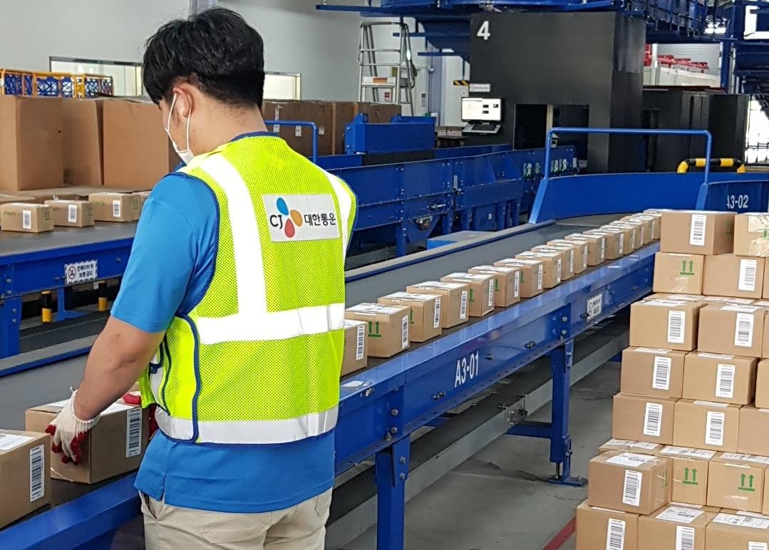 [사진] 인천국제공항 자유무역단지에 위치한 해외직구 화물 전담센터인 CJ대한통운 ICC센터에서해외직구 화물의 발송준비 작업이 진행되고 있다.