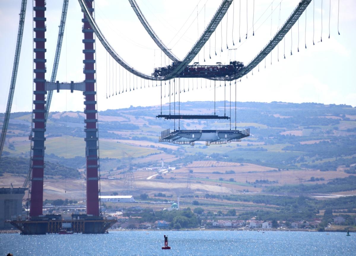 DL이앤씨와 SK에코플랜트가 세계에서 가장 긴 현수교로 건설 중인 터키 차나칼레대교의 상판 설치작업을 진행하고 있다.