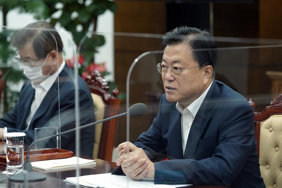 문 대통령이 4일 오전 청와대에서 서욱 국방부 장관 등으로부터 주요 현안 보고를 받았다. (청와대 제공)