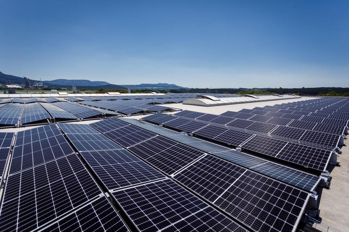 독일 브란덴부르크 상업시설 지붕에 설치된 한화큐셀 태양광 모듈