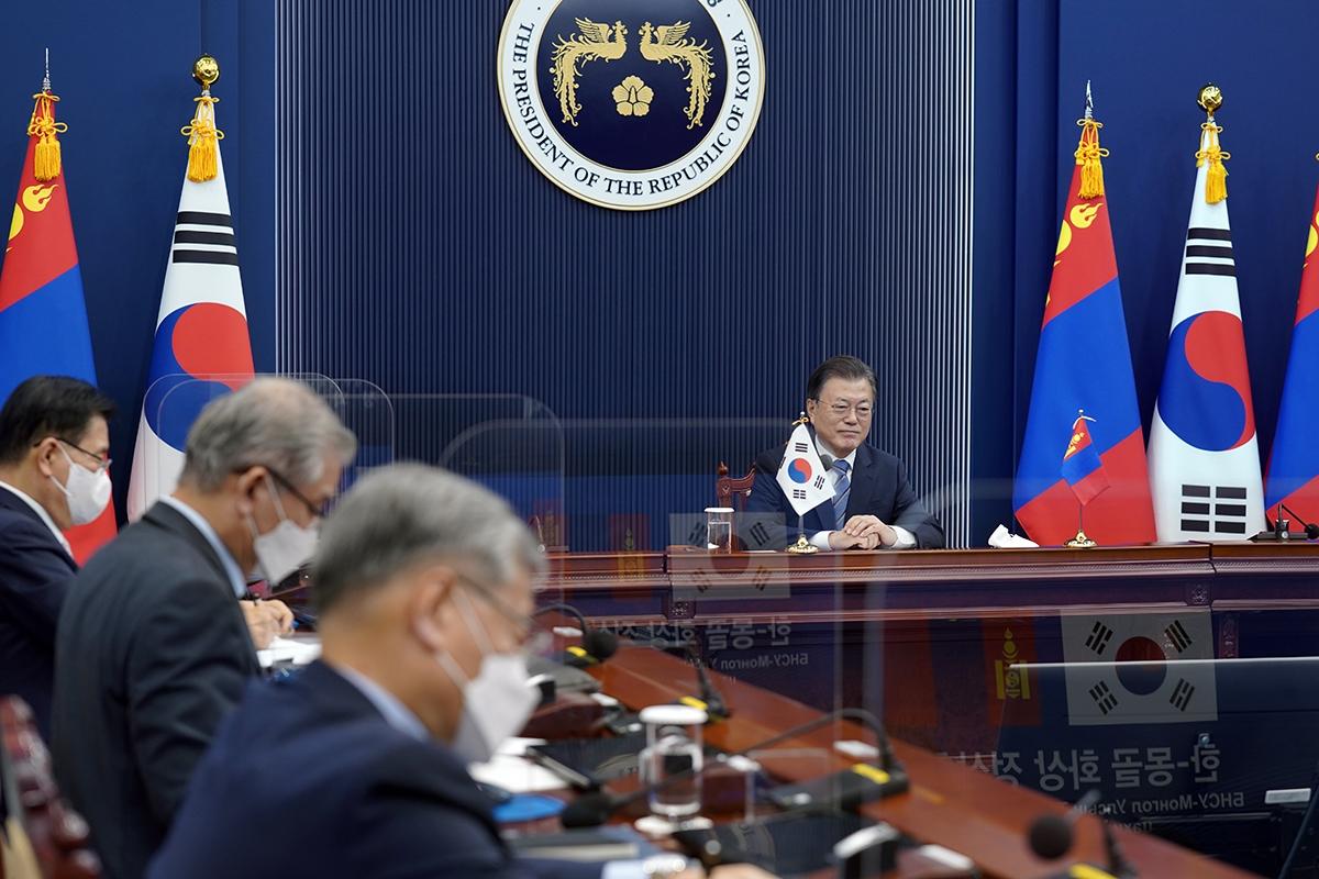 문 대통령은 10일 오후 청와대에서 후렐수흐 몽골 대통령과 화상 정상회담을 개최했다. (청와대 제공)