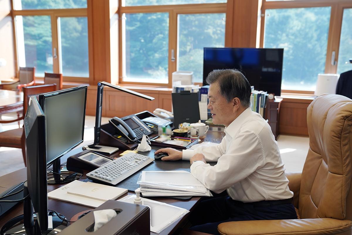 문 대통령이 '캐스퍼'의 온라인 사전예약 신청 첫날인 14일 오전, 직접 인터넷을 통해 차량을 예약했다. (청와대 제공)