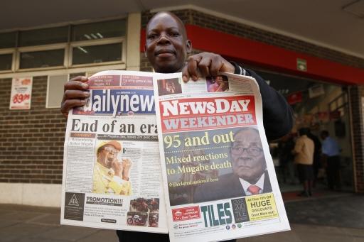 짐바브웨 국민이 신문을 들고 있는 모습