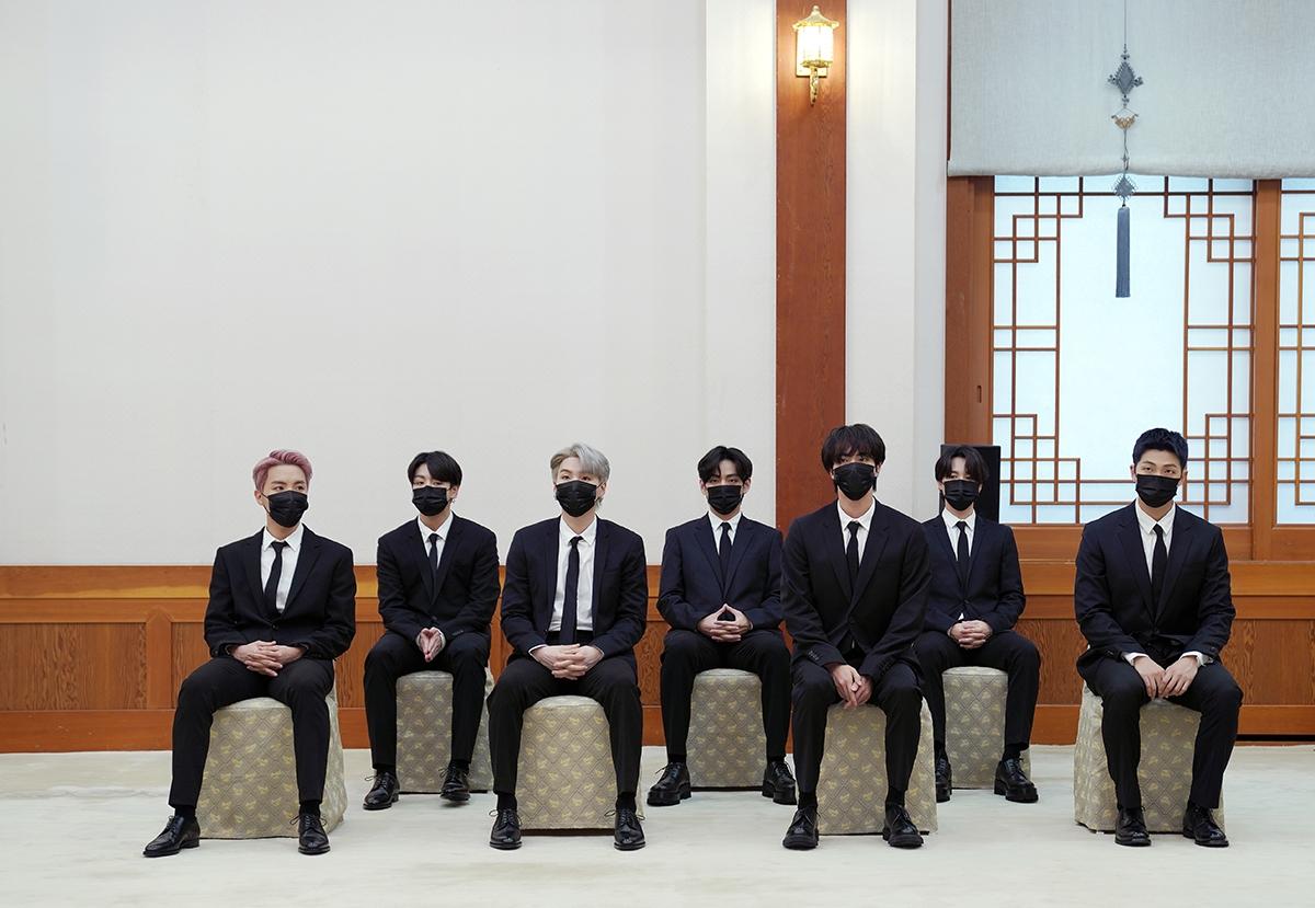 문 대통령은 14일 오전 청와대에서 BTS에 `미래세대와 문화를 위한 대통령 특별사절` 임명장을 수여했다.(청와대 제공)