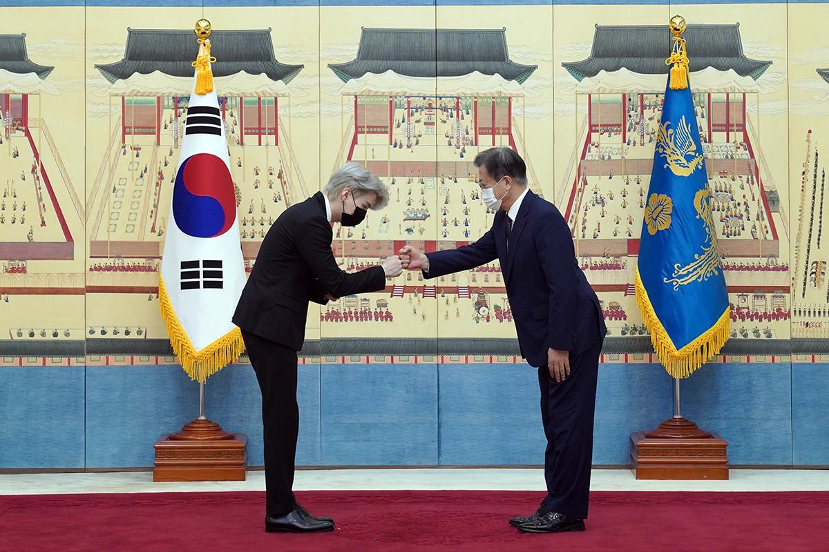 문재인 대통령은 14일 오전 청와대로 BTS를 초청해 `미래세대와 문화를 위한 대통령 특별사절` 임명장을 수여했다.(청와대 제공)