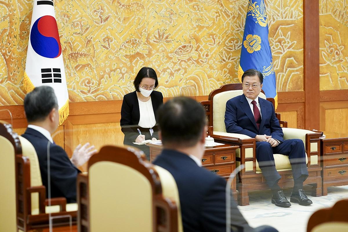 문 대통령은 15일 오전 청와대에서 왕이 중국 국무위원을 접견했다. (청와대 제공)