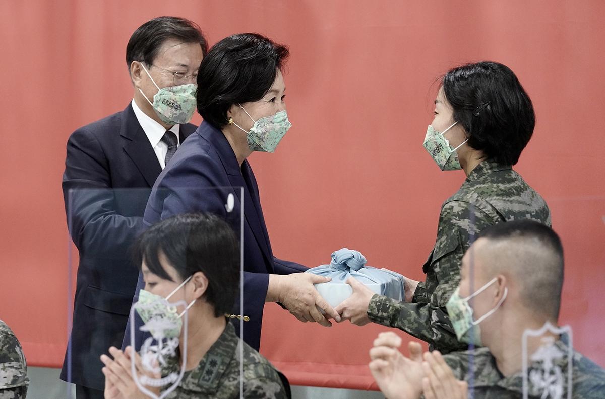 문 대통령 부부가 1일 제73주년 국군의날 기념식에 참석한 뒤 장병들과 함께 식사를 했다. (청와대 제공)