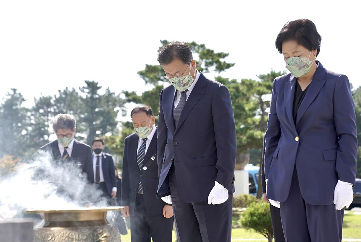 문 대통령 부부가 1일 제73주년 국군의날 기념식에 앞서 마린온 사고 순직 장병들에 참배했다. (청와대 제공)