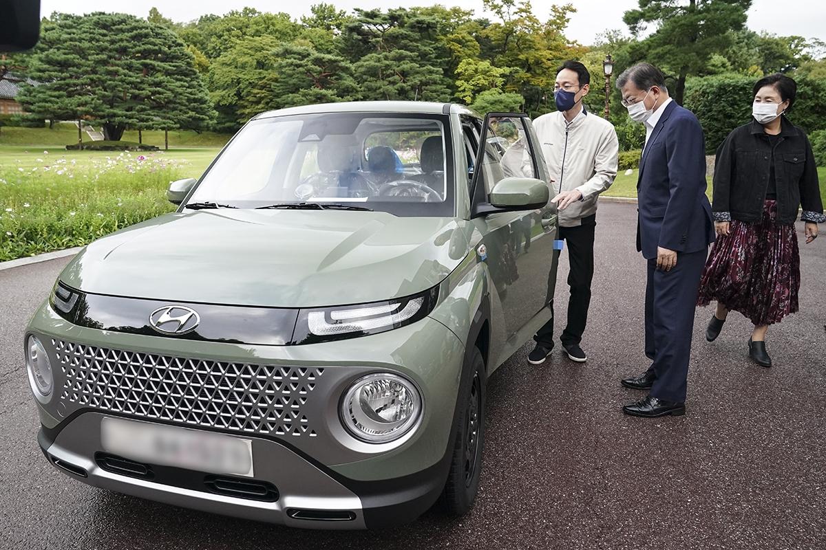 문 대통령은 6일 오후 청와대에서 현대자동차 `캐스퍼`를 직접 인수했다. (청와대 제공)