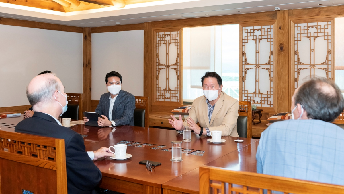 최태원 SK그룹 회장(오른쪽 두번째)이 6일 서울 종로구 SK서린빌딩에서 플러그파워 앤드류 J. 마시 CEO를 만나 수소 생태계 구축 등 협력 방안을 논의하고 있다.