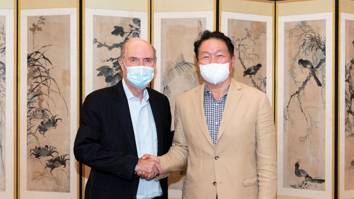 최태원 SK그룹 회장(오른쪽)이 6일 서울 종로구 SK서린빌딩에서 플러그파워 앤드류 J. 마시 CEO를 만나 수소 생태계 구축 등 협력 방안을 논의한 뒤 악수를 나누고 있다.