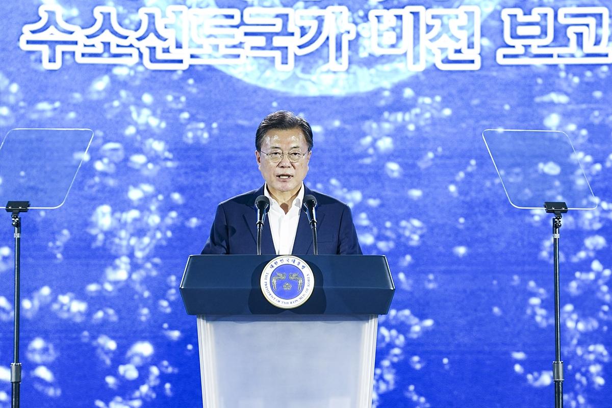 문 대통령은 7일 오후 인천 청라 현대모비스 수소연료전지공장 투자 예정지에서 열린 `수소경제 성과 및 수소 선도국가 비전 보고` 행사에 참석했다. (청와대 제공)