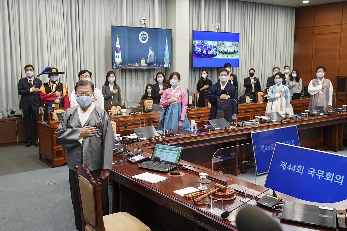 문 대통령이 12일 오전 청와대에서 한복을 입고 국무회의를 주재했다. (청와대 제공)