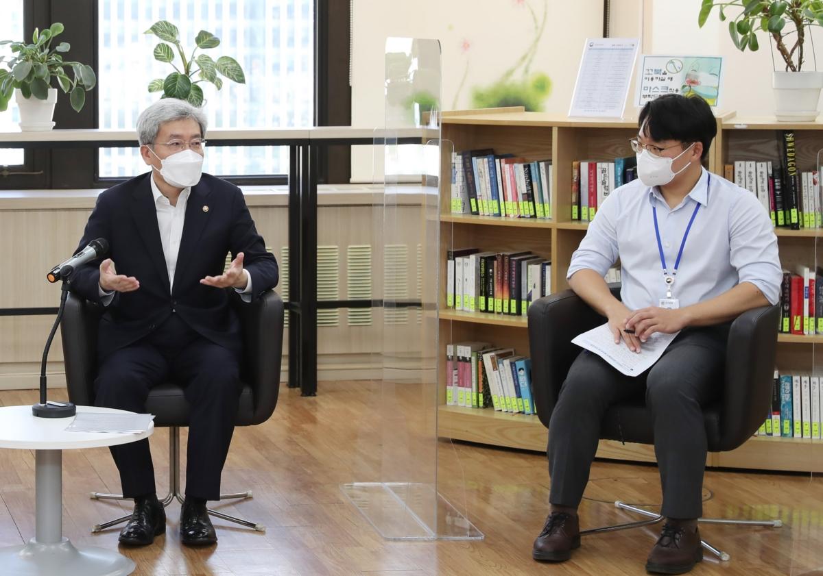 금융발전심의회 청년분과 `금발심 퓨처스(Futures)` 위원들과 금융위 90년대생 직원들의 2차 회의가 14일 서울 종로구 정부서울청사에서 열린 가운데 고승범 금융위원장이 모두발언을 하고 있다.